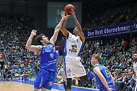 Kwame Vaughn (Fraport Skyliners) wirft gegen Nicolai Simon (Basketball Löwen Braunschweig) - 12.03.2017: Fraport Skyliners vs. Basketball Löwen Braunschweig, Fraport Arena Frankfurt