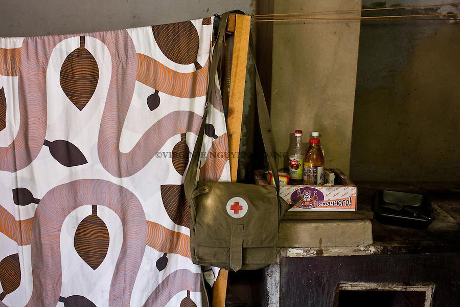 UKRAINE, Pisky: Mama doesn't have much of equipment. All what she got comes from volunteer donations. <br /> <br /> UKRAINE, Pisky: Mama n'a pas beaucoup de mat&eacute;riel. Tout ce qu'elle a obtenu provient des dons de volontaires.