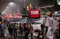 SÃO PAULO, SP, 17 DE OUTUBRO DE 2013 - PROTESTO PETROBRAS - Grupo protesta  FOTO: ALEXANDRE MOREIRA / BRAZIL PHOTO PRESS