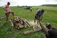 ROMANIA Transylvania  / RUMAENIEN Transilvanien Siebenbuergen, Dorf Sura Mica, dt. Kleinscheuern, landwirtschaftlicher Betrieb des Buergermeister und Landwirt Cornel Joarza, einzaeunen des Weideland
