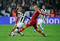 FUSSBALL  CHAMPIONS LEAGUE  VIERTELFINALE  RUECKSPIEL  2012/2013      Juventus Turin - FC Bayern Muenchen        10.04.2013 Asamoah Kwadwo (Mitte, Juventus Turin) gegen Philipp Lahm (li) und Arjen Robben (re, beide FC Bayern Muenchen)