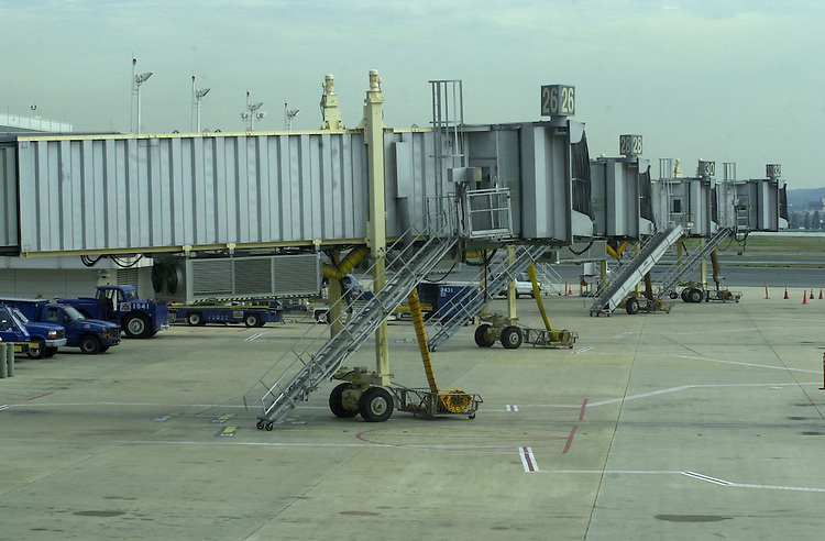 18national091701 -- An empty tarmac at Regan National Airport, Tuesday September 17, 2001.