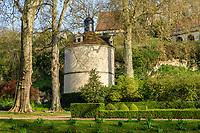 France, Sarthe (72),  Poncé-sur-le-Loir, jardin du château de Poncé en avril, le pigeonnier