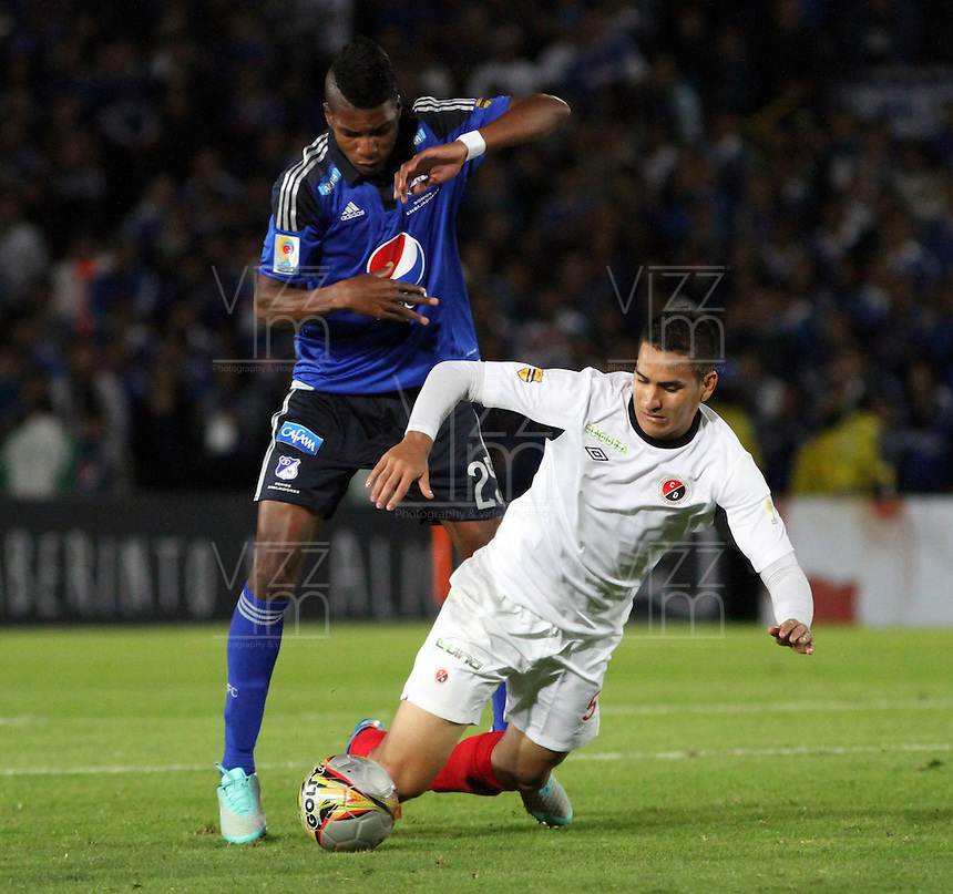 BOGOTA -COLOMBIA, 14-FEBRERO-2015. Victor Salazar de Millonarios  disputa el balon contra Luis Vergara del Cucuta Deportivo durante la cuarta  fecha de La Liga Aguila jugado en el estadio Nemesio Camacho El Campin  of  Bogota . / Victor Salazar of  Millonarios  dispute for the ball against  Luis Vergara of Cucuta Deportivo  during the fourth round of La Liga Aguila played at the Nemesio Camacho El Campin stadium in Bogota . Photo / VizzorImage / Felipe Caicedo  / Staff