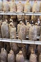 Europe/France/Pays de la Loire/44/Loire-Atlantique/Parc Naturel Régional de Brière/Saint-Malo-de-Guersac: Simon Bernard prépare  l'angouille de l'abbé Simon,  andouille fumée à base de langue de porc