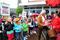 ALGEMEEN: SINT NICOLAASGA: parkeerterrein naast zalencentrum Sint Nicolaasga, 31-05-2012, Manifestatie tegen sluiting bibliotheek St. Nicolaasga, Liedeke (rechts op de foto, als piraat) heeft zich de afgelopen weken sterk gemaakt voor het behoud van de bieb en heeft kinderkunstwerken overhandigd aan PvdA-fractievoorzitter Frans Westra, ©foto Martin de Jong