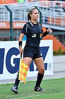 ATENÇÃO EDITOR FOTO EMBARGADA PARA VEÍCULOS INTERNACIONAIS - SAO PAULO, SP, 09 DE DEZEMBRO DE 2012 - TORNEIO INTERNACIONAL CIDADE DE SÃO PAULO - BRASIL x PORTUGAL: Bandeirinha durante partida Brasil x Portugal, válido pelo Torneio Internacional Cidade de São Paulo de Futebol Feminino, realizado no estádio do Pacaembú em São PauloFOTO: LEVI BIANCO - BRAZIL PHOTO PRESS
