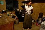 Eddy posa para mi en su cocina.  Estado Aragua. Chuao. Venezuela. © Juan Naharro