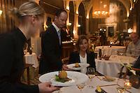 Europe/France/Rhône-Alpes/74/Haute Savoie/ Evian-les-Bains:  Service au restaurant: Edouard VII à l'hôtel Evian Royal Resort;