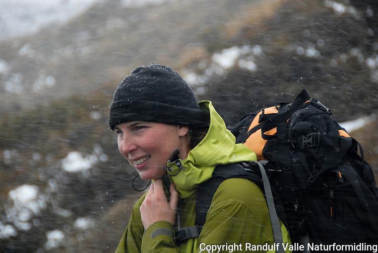 Jente opplever en sommerlig snøskur ---- Girl in summer snow
