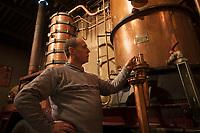 Europe/France/Midi-Pyr&eacute;n&eacute;es/32/Gers/Eauze: Le distillateur Jean Lenos Da Costa surveille la distillation au Domaine du Tariquet<br /> Auto N&deg;: 2010-101