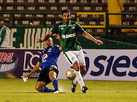 PALMIRA -COLOMBIA-01-03-2015. Andres Perez (Der) jugador del Deportivo Cali disputa un balón con Mayer Candelo (Izq) jugador del Millonarios durante partido por la fecha 7 de la Liga Aguila I 2015 jugado en el estadio Palmaseca de la ciudad de Palmira./ Andres Perez (R) player of Deportivo Cali fights the ball with Mayer Candelo (L) player of Millonarios during match for the 7th date of Aguila League I 2015 played at Palmaseca stadium in Palmira city Photo: VizzorImage/ Juan C. Quintero /STR  Photo: VizzorImage/Juan C. Quintero/STR