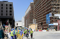 QATAR, Doha, Musheireb, construction boom for FIFA football world cup 2022 , the construction is done by migrant workers from all over the world, lunch time on the road / KATAR, Doha, Bauboom fuer die FIFA Fußball WM 2022/ KATAR, Doha, Bauboom fuer die FIFA Fußball WM 2022, Abrissviertel Musheireb, auf den Baustellen fuer Neubauten schuften Gastarbeiter aus aller Welt, Arbeiter bei Mittagspause auf der Strasse