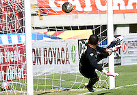 TUNJA -COLOMBIA, 22-10-2016. Nelson Ramos arquero de Fortaleza CEIF no logra evitar un gol de Patriotas FC durante partido por la fecha 17 de la Liga Águila II 2016 realizado en el estadio La Independencia en Tunja./ Nelson Ramos goalkeeper of Fortaleza CEIF can't catch a goal ball of Patriotas FC during match for the date 17 of Aguila League II 2016 at La Independencia stadium in Tunja. Photo: VizzorImage/César Melgarejo/Cont