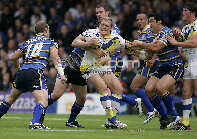 PICTURE BY Ben Duffy/SWPIX.COM........Rugby League Super League, Leeds Rhinos v Warrington Wolves...01/08/09..Copyright - Simon Wilkinson - 07811267706..Leed's Kylie Leuluai and Matt Diskin hold onto Warrington's Ben Westwood