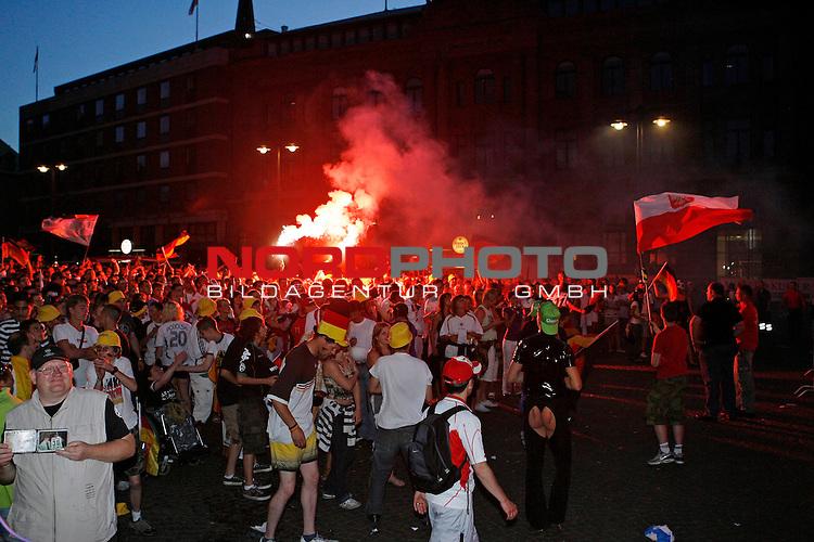 UEFA Euro 2008 Group B Fanmeile Bremen Match 04 <br /> <br /> Deutschland ( GER ) - Polen ( POL ) 2:0 (1:0)<br /> <br /> Fanmeile und Public Viewing in Bremen.<br /> <br /> Zwei Fans z&uuml;nden in der Menge und dem Fahnenmeer Bengalische Fackeln an. Sie werden kurze Zeit sp&auml;ter von der Security und der Polizei abgef&uuml;hrt.<br /> <br /> <br /> Foto &copy; nph (  nordphoto  )