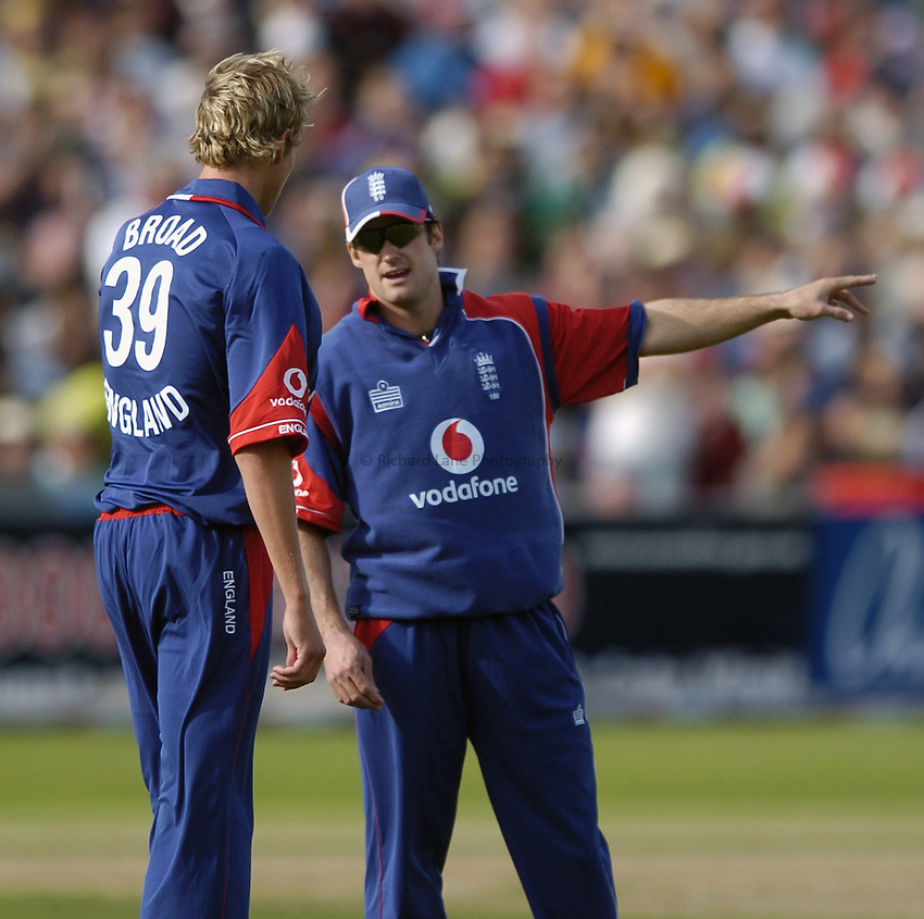 Photo: Jonathan Butler..England v Pakistan. NatWest International Twenty20. 28/08/2006..England captain Andrew Strauss (R) talks to his young bowler Stuart Broad.