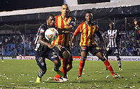 GUAYAQUIL- ECUADOR - 26-08-2014: Miller Bolaños (Izq.) jugador de Emelec de Ecuador de disputan el balon con Elvis Mosquera (Izq.) jugador de Las Aguilas de Colombia durante partido de vuelta de la primera fase, de la Copa Total Suramericana Emelec de Ecuador, Aguilas Doradas de Colombia en el George Capwell,, de la ciudad de Guayaquil. / Miller Bolaños (L) player of Emelec of Ecuador vies for the ball with Elvis Mosquera (R) player of Las Aguilas of Colombia during a match for the second leg of the first phase, between Emelec of Ecuador and Aguilas Doradas of Colombia of the Copa Total Suramericana in the George Capwell stadium, in Guayaquil city. Photo: API / Photogamma / VizzorImage.