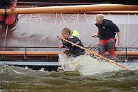 SKUTSJESILEN: WOUDSEND: Hegemer Mar, 06-08-2012, SKS skûtsjesilen, wedstrijd Woudsend, skûtsje d'Halve Maen, Riemer Mink en Pieter Westerhuis (beiden peiler), ©foto Martin de Jong