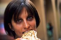 Europe/Italie/Emilie-Romagne/Dozza Imolese : Elisa mange une piadina sorte de galette fourrée