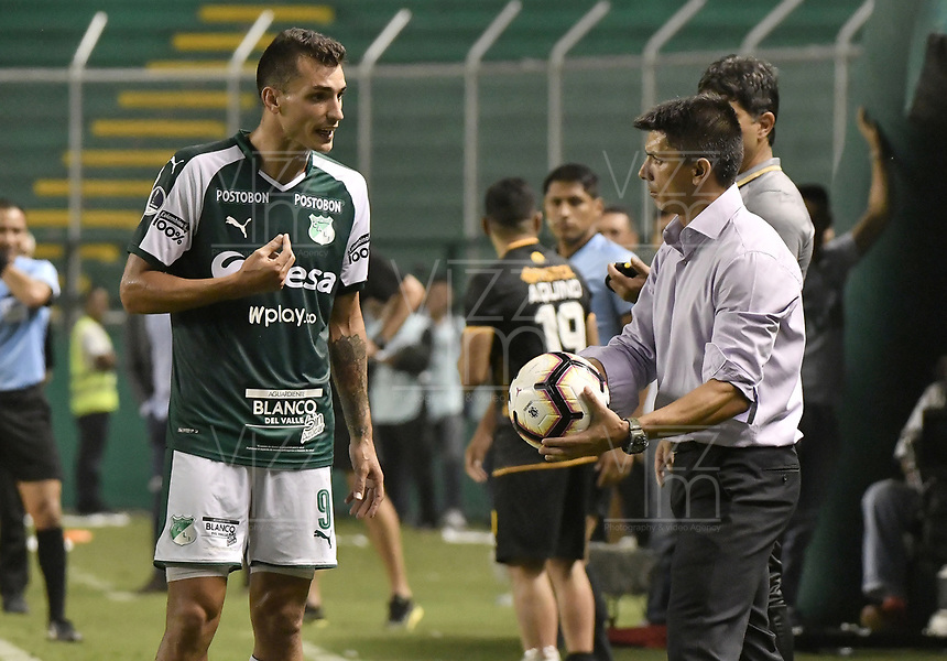 PALMIRA - COLOMBIA, 04-04-2019: Juan Ignacio Dinenno del Cali discute con Gustavo Florentin técnico del Guarani durante partido por la primera ronda de la Copa CONMEBOL Sudamericana 2019 entre Deportivo Cali de Colombia y Club Guaraní de Paraguay jugado en el estadio Deportivo Cali de la ciudad de Palmira. / Juan Ignacio Dinenno of Cali discuss  with Gustavo Florentin coach of Guarani during match for the first round as part Copa CONMEBOL Sudamericana 2019 between Deportivo Cali of Colombia and Club Guarani of Paraguay played at Deportivo Cali stadium in Palmira city.  Photo: VizzorImage / Gabriel Aponte / Staff