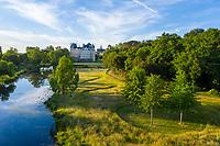France, Maine-et-Loire (49), Brissac-Quincé, château de Brissac, jeu d'allées dans la prairie, ruisseau de Montayer et rond planté de chênes rouge d'Amérique (vue aérienne)