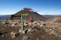 New Zealand, North Island, Ruapehu District, Tongariro National Park: Tongariro Alpine Crossing with Mount Ngauruhoe | Neuseeland, Nordinsel, Ruapehu District, im Tongariro National Park: Tongariro Alpine Crossing und Mount Ngauruhoe