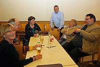 Werner Schmidt (OV Vorsitzender der SPD Mörfelden-Walldorf) mit den Parteigenossen bei der Wahlanalyse