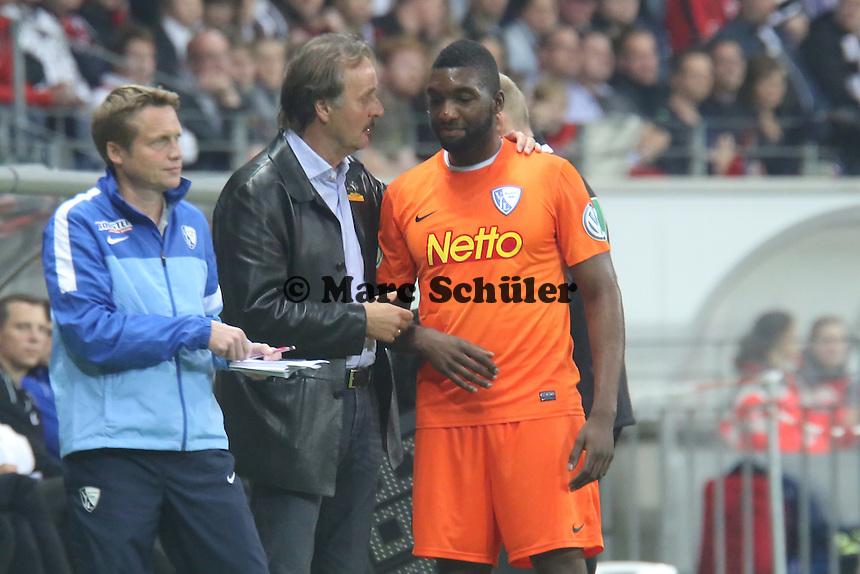 Trainer Peter Neururer (Bochum) troestet den ausgewechselten Richard Sukuta Pasu - Eintracht Frankfurt vs. VfL Bochum, Commerzbank Arena, 2. Runde DFB-Pokal
