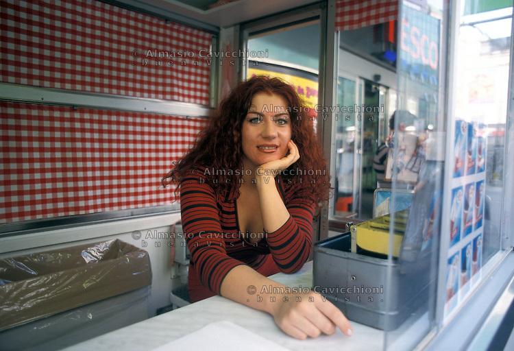 Repubblica Ceca, Praga, ragazza con capelli rossi al chiosco di gelati.<br /> Czech Republic, Prague, girl with red hair at the ice cream stand.