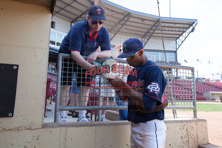 Cedar Rapids Kernels outfielder Byron Buxton #7 signs an autograph for a fan following a game against the Lansing Lugnuts at Veterans Memorial Stadium on April 30, 2013 in Cedar Rapids, Iowa. (Brace Hemmelgarn/Four Seam Images)