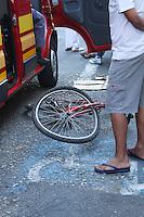 SAO PAULO, SP, 02.09.2013 - AUTO X BIKE - Uma criança que andava de bicicleta foi atropelada na Rua do Grito x Rua Silva Bueno ela sofreu escoriações e passa bem foi levada ao Hospital Vergueiro,a maotorista do carro permaneceu no local até a chegada do Resgate e do Policiamento. No bairro do Ipiranga na regiao sul de Sao Paulo, nesta segunda-feira, 02. Foto: Carlos Pessuto / Brazil Photo Press