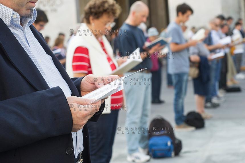 SIT IN SENTINELLE IN PIEDI CONTROMANIFESTAZIONE CARAMELLE E TAGLIATELLE IN PIEDI NELLA FOTO SENTINELLE IN PIEDI CRONACA BRESCIA 26/09/2015 FOTO MATTEO BIATTA<br /> <br /> SIT IN SENTINELS STENDING AND ANTIDEMOSTRATION CANDIES STANDING AND NOODLES STANDING IN THE PICTURE SENTINELS STANDING CRONICHLE BRESCIA 26/09/2015 PHOTO BY MATTEO BIATTA