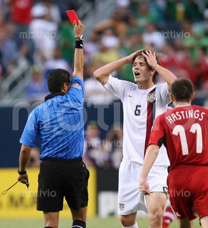Fussball International Gold Cup Halbfinale  Canada 1-2 USA Schiedsrichter Benito Archundia (MEX,li) zeigt Michael Bradley (USA) die Rote Karte