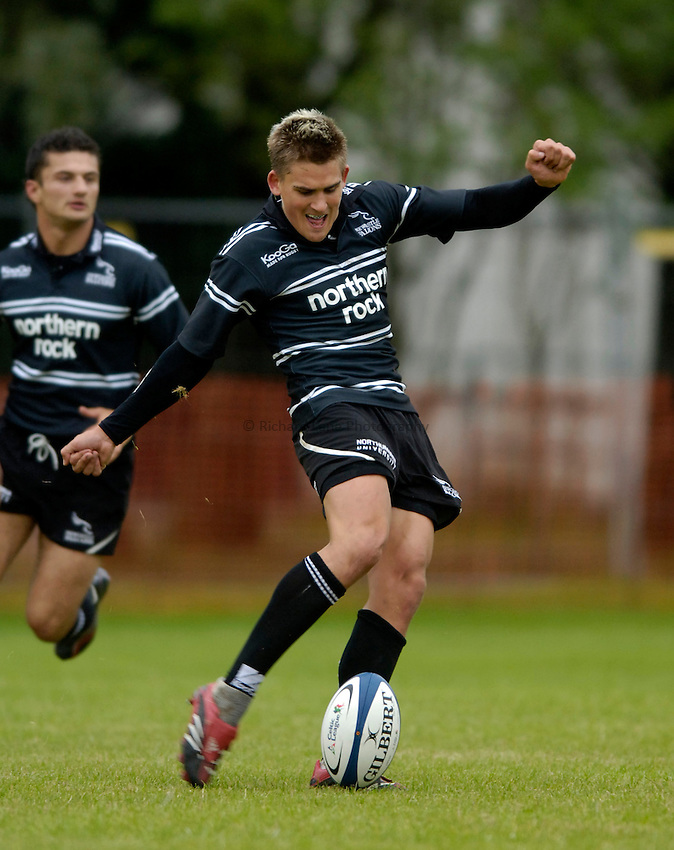 Photo: Jed Wee..Glasgow v Newcastle Falcons. Pre Season Friendly. 18/08/2006...Newcastle's Toby Flood kicks.