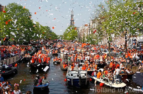 Koningsdag in Amsterdam. Bootjes in de Prinsengracht.