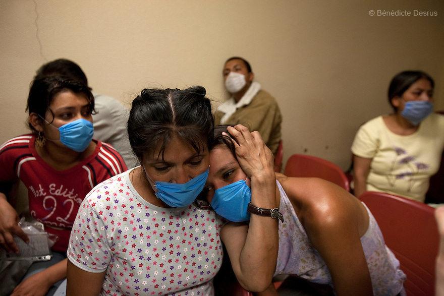 28 april 2009 - Mexico City, Mexico - A mother comforts her daughter who is suffering from Swine FLu like symptoms at the General Hospital of Iztapalapa. Most  of the people at the hospital wait to be checked for Swine FLu like symptoms, and doctors have been overwhelmed by the increased workload. Photo credit: Benedicte Desrus / Sipa Press