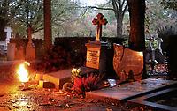 Nederland  - 2019.  Rooms-Katholieke begraafplaats . Allerzielen. De begraafplaats is verlicht. Foto mag niet in negatieve / schadelijke context gepubliceerd worden. Vanwege privacy zijn enkele namen van de grafstenen verwijderd.    Foto Berlinda van Dam / Hollandse Hoogte