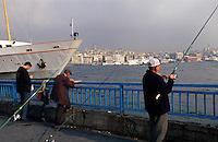 Türkei, Angler in Eminönü in Istanbul, Blick auf Karaköy