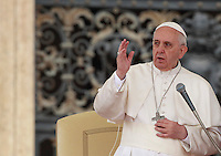 Papa Francesco benedice i fedeli al termine dell'udienza generale del mercoledi' in Piazza San Pietro, Citta' del Vaticano, 9 aprile 2014.<br /> Pope Francis blesses faithful at the end of his weekly general audience in St. Peter's Square at the Vatican, 9 April 2014.<br /> UPDATE IMAGES PRESS/Isabella Bonotto<br /> <br /> STRICTLY ONLY FOR EDITORIAL USE
