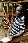 KENIA, County Kakamega, Dorf Shitaho, Farmer Mathias Litali, 52 Jahre, haelt Kuehe im Stall, Zero Grazing