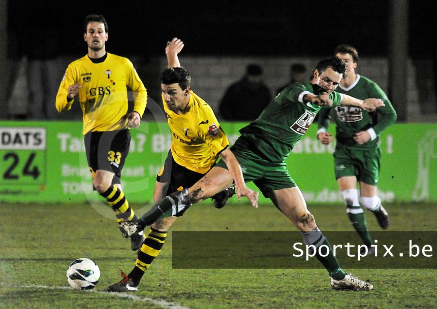 KM Torhout - Berchem Sport : duel tussen Jens Noppe (rechts) en Leeroy Dekeersmaecker.foto VDB / BART VANDENBROUCKE