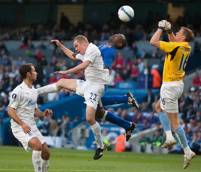 Jean-Claude Darcheville and Aleksandr Anyukov challenge as Zenit keeper Vyacheslav Malafeev comes charging in to clear