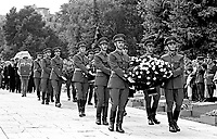 UNGARN, 14.07.1989.Budapest - VIII. Bezirk.Staatsbegraebnis von Janos Kadar (korrekt: J?nos K?d?r), Generalsekretaer der Kommunistischen Partei MSZMP auf dem Kerepesi Nationalfriedhof. Ankunft des Trauerzuges mit dem Sarg am Kommunistischen Pantheon..State funeral of Communist Party (MSZMP) General Secretary Janos Kadar who died on July 6. Carrying the coffin at the Kerepesi national cemetery's communist pantheon. .© Martin Fejer/EST&OST