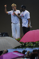 ATENCAO EDITOR: FOTO EMBARGADA PARA VEICULO INTERNACIONAL - RIO DE JANEIRO, RJ, 26 DE NOVEMBRO 2012 - VETA DILMA - A apresentadora Xuxa Meneguel e o musico Buchecha durante uma manifestação contra a mudança na distribuição dos royalties do petróleo, nesta segunda-feira (26). Os manifestantes se concentraram na Candelária e seguem em passeata pela Avenida Rio Branco, até a Praça da Cinelândia, no centro da cidade. (FOTO: RONALDO BRANDAO / BRAZIL PHOTO PRESS).