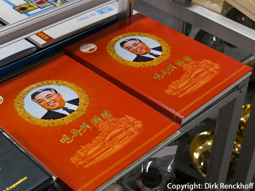 B&uuml;cher im Geb&auml;ude der Freundschaftsaustellung in den Myohyang-Bergen, Nordkorea, Asien<br /> books in building of friendship exhibition in Myoohyang-Mountains, North Korea, Asia