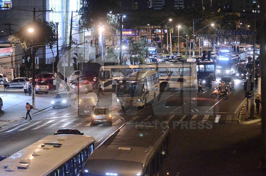 SAO PAULO, SP, 21 de junho 2013-Um grupo de manifestantes protestaram contra o aumento da tarifa de onibus em Sao Bernardo do Campo ABC.No portesto fecharam a AV Faria Lima a Prefeitura ADRIANO LIMA / BRAZIL PHOTO PRESS).