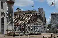 SAO PAULO, SP, 04 DEZEMBRO 2012 - MONTAGEM PRESEPIO PREFEITURA SAO PAULO - Homens trabalham na montagem do presépio de Natal em frente à sede da Prefeitura de São Paulo, no centro da capital, nesta terça-feira (04). (FOTO: ALEXANDRE MOREIRA / BRAZIL PHOTO PRESS).