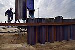 GORINCHEM - Aan de rand van bedrijventerrein Avelingen brengen medewerkers van Combinatie De Klerk - Martens en Van Oord een stalen damwand aan voor een nieuwe kade langs de rivier De Merwede. Als onderdeel van Rijkswaterstaat's project Ruimte voor de Rivier, wordt het vrijgekomen zand van een uitgegraven uiterwaard, gebruikt voor de betere bereikbaarheid van de watergebonden industrie. Voor het maken van de nevengeul, die tot een waterstanddaling van 10.7 centimeter moet leiden, wordt 900.000m3 grond ontgraven.  COPYRIGHT TON BORSBOOM