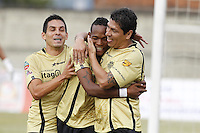 ITAGUÍ -COLOMBIA, 30-07-2013. Diego Cabrera (D), Luis Quiñones (C) y Jorge Aguirre (I) de Itagüí celebran el primer gol ante J. Aurich durante partido de la primera fase en la Copa Total Sudamericana jugado en el estadio Metropolitano Ciudad de Itagüí./ Itagüi players Diego Cabrera (R), Luis Quiñones (C) y Jorge Aguirre (L) celebrate the first goal against J. Aurich during match of the first phase of Copa Total Sudamericana played at Metropolitano Ciudad de Itagüi stadium.. Photo: VizzorImage/Luis Rios/ STR